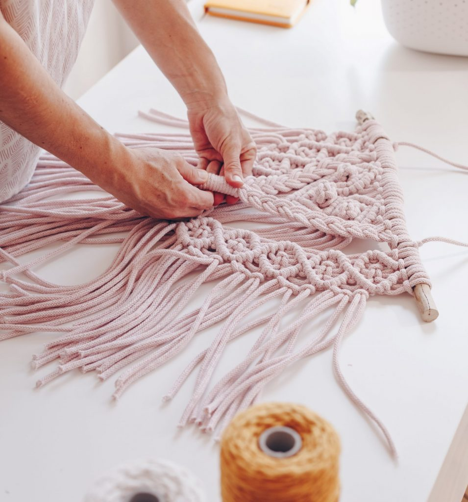 Im Online Workshop wird ein Makramee Wandbehang geknüpft.